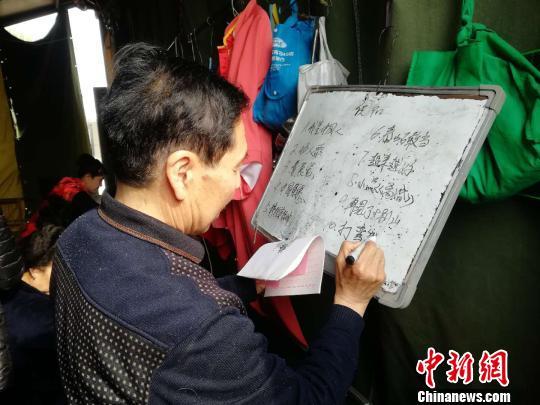 古稀老人自编自演文艺节目  组建庄户剧团免费演出17年